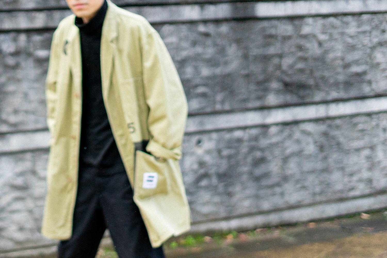 スポークン ワーズ プロジェクトのリメイク企画「sauce」で完成したショップコート。着用写真。