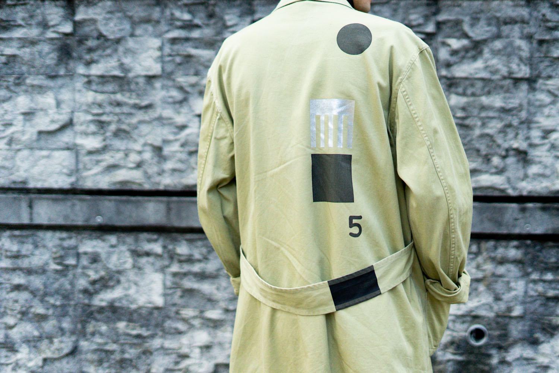 スポークン ワーズ プロジェクトのリメイク企画「sauce」で完成したショップコート。着用写真。背面。