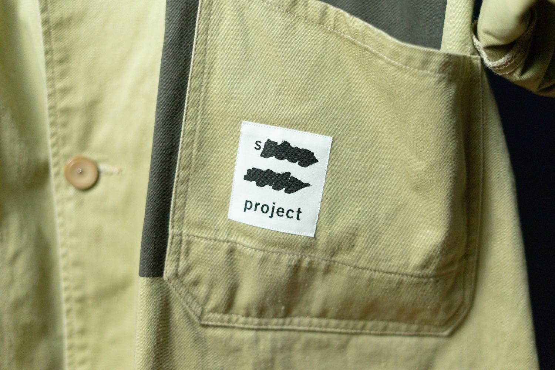 スポークン ワーズ プロジェクトのリメイク企画「sauce」で完成したショップコート。「s project」のタグ。