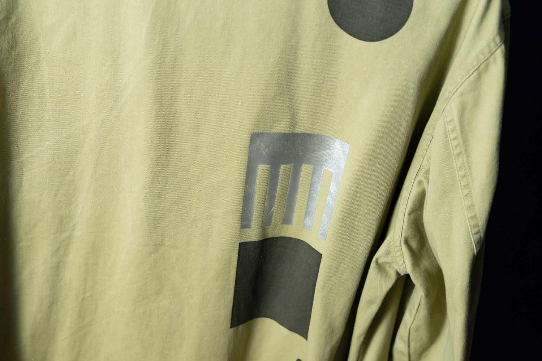 スポークン ワーズ プロジェクトのリメイク企画「sauce」で完成したショップコート。背面の箔プリント。