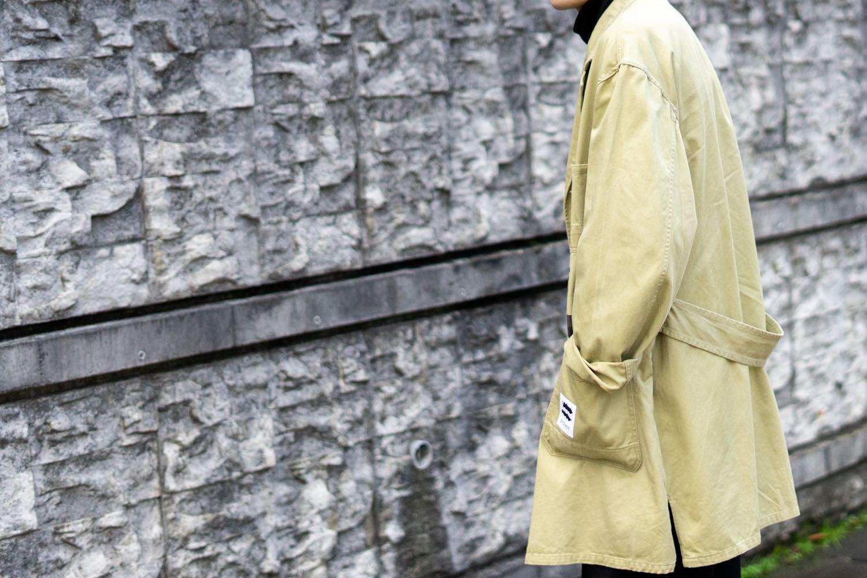 スポークン ワーズ プロジェクトのリメイク企画「sauce」で完成したショップコート。着用写真。側面。