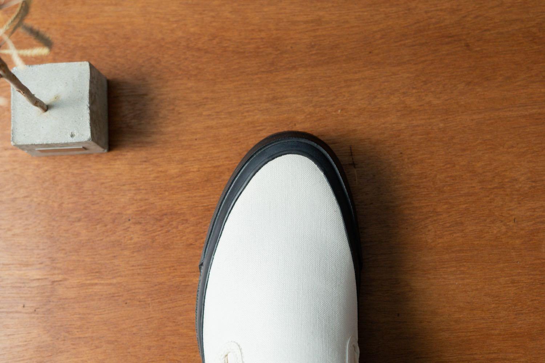 「ASAHI DECK SLIP-ON M013」のスタイリッシュな爪先。