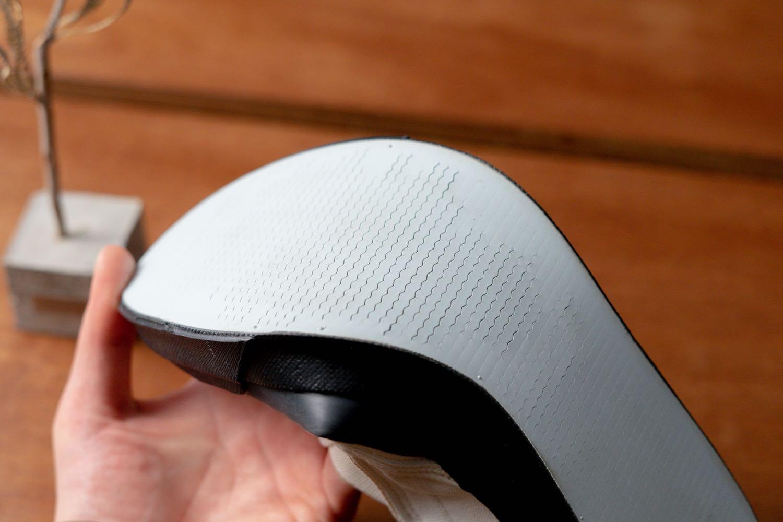 「ASAHI DECK SLIP-ON M013」滑りにくい波型の切れ込み。