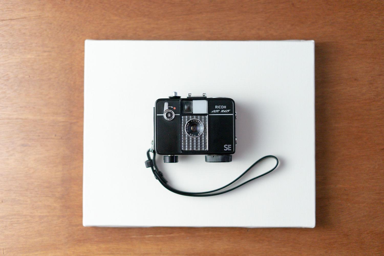ブツ撮り用の「キャンバス」とフィルムカメラ