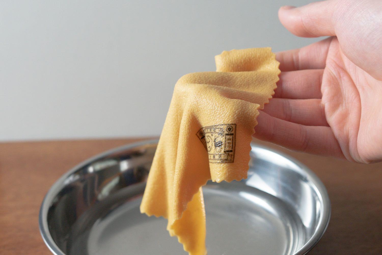 『中川政七商店-美容洗顔セーム革』を水につけたところ。