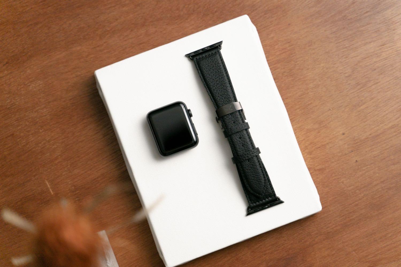 『EPONAS(エポナス) - Apple Watchシュリンクレザーバンド』のベルジアンブラック。