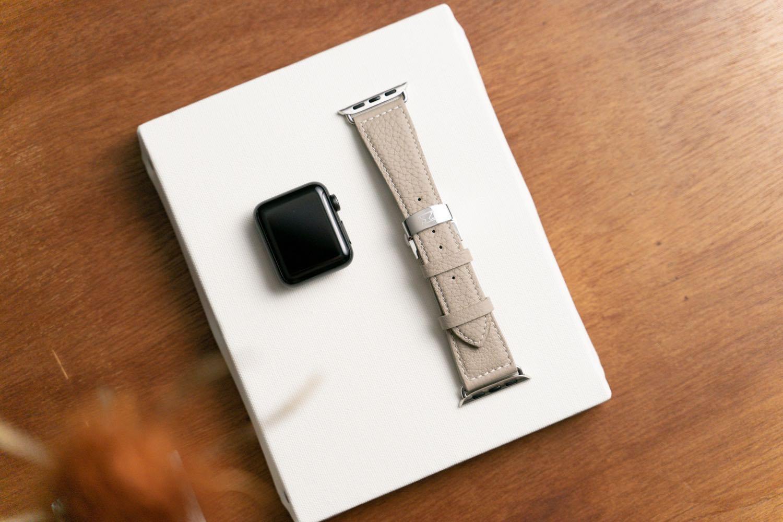 『EPONAS(エポナス) - Apple Watchシュリンクレザーバンド』のボヘミアングレージュ。