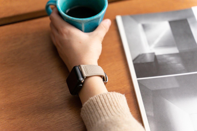 『EPONAS(エポナス) - Apple Watchシュリンクレザーバンド』ボヘミアングレージュの着用例。