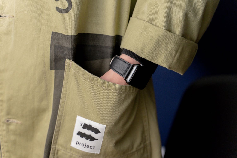 『EPONAS(エポナス) - Apple Watchシュリンクレザーバンド』ベルジアンブラックの着用例。