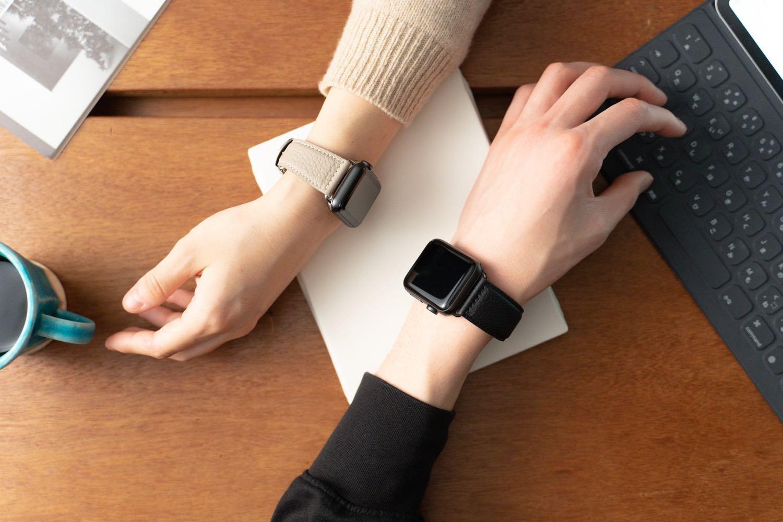 手首に纏う、やさしい色気。Apple Watchに寄り添うEPONAS(エポナス)の 『シュリンクレザーバンド』【PR】