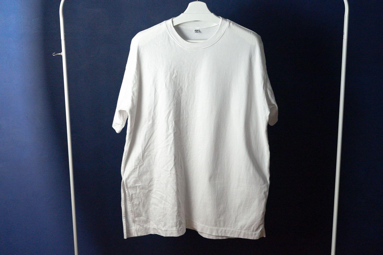 『HITACHI 衣類スチーマー』でシワを取ったTシャツ。