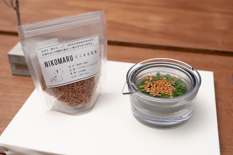 『透明急須』ににこまる玄米をのせる。