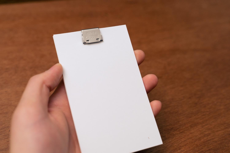 『LIFE 5×3カード(情報カード)』をクリップでとめる。