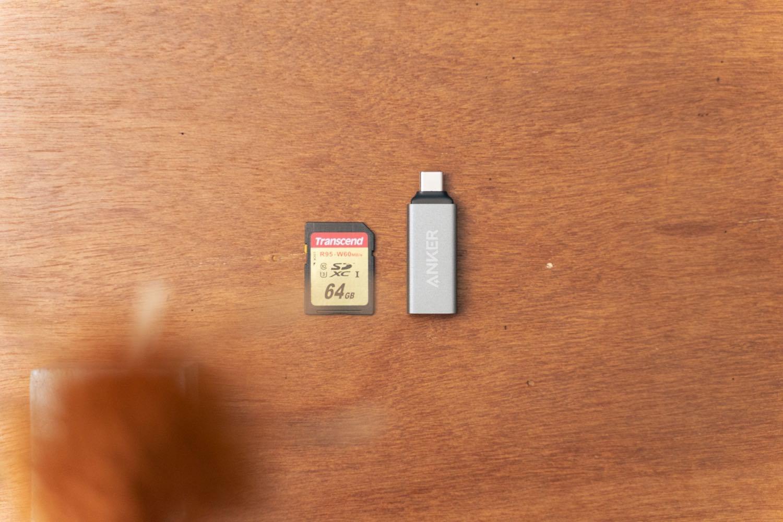 『Anker USB-C 2in1 カードリーダー』とSDカードのサイズ比較。