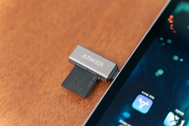 『Anker USB-C 2in1 カードリーダー』をiPadに接続。