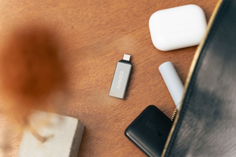『Anker USB-C 2in1 カードリーダー』をポーチへ。