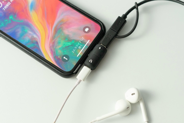 イヤホンジャックの無いiPhone Xで音楽を聴きながら充電。小さくてかわいい「キッカーランド Charge & Listen(チャージ&リッスン)」
