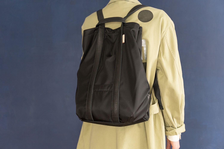 ナイロンとレザーの大容量バッグ。ミニマルでざっくり使える『エンダースキーマ tape sack』